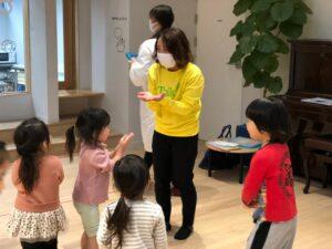 株式会社ヒトコト社 コミュニケーション英会話トーキーのレッスン風景 保育園・幼稚園での楽しい子供英会話